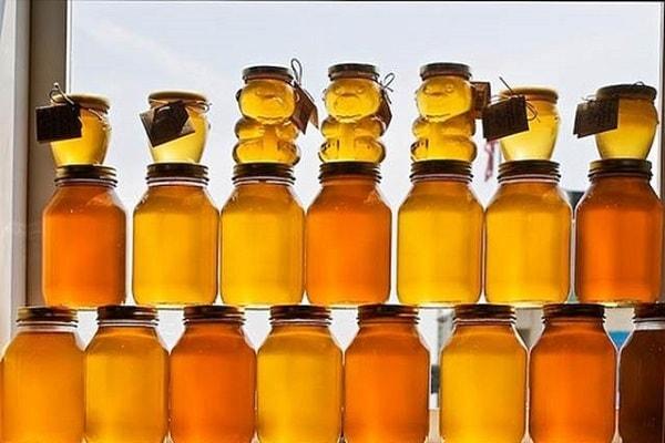 عمل آوری و انبار کردن عسل طبیعی