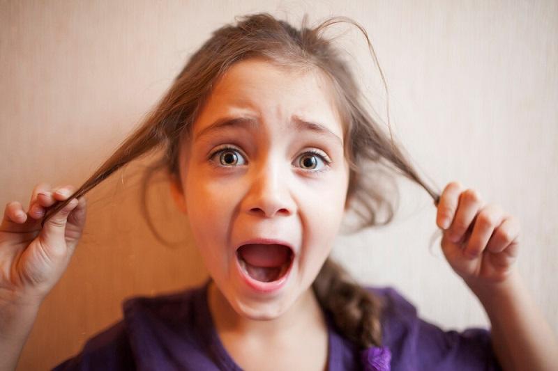 برای رفع عادت مو کشیدن کودکان در کودک آگاهی ایجاد کنید.