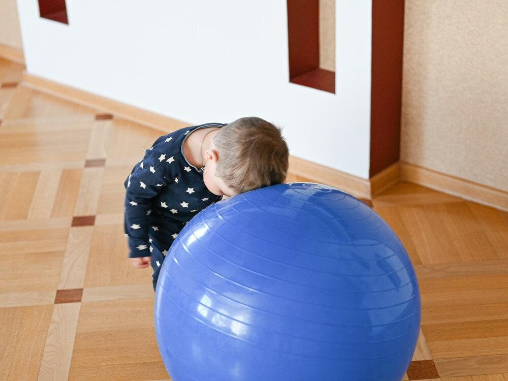 کوبیدن سر به اجسام توسط کودک