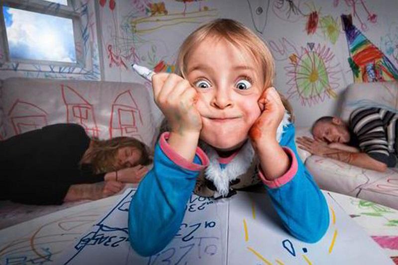 کودکی که اشیا را خراب میکند.