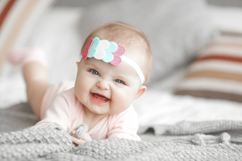 کودک دمر بر روی تخت