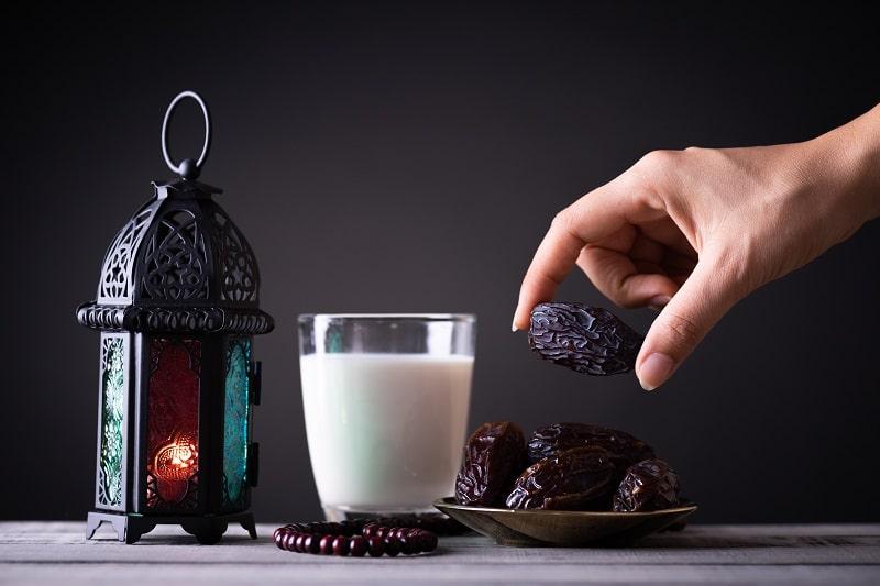 خرما در تغذیه؛ یک لیوان شیر همراه با خرما