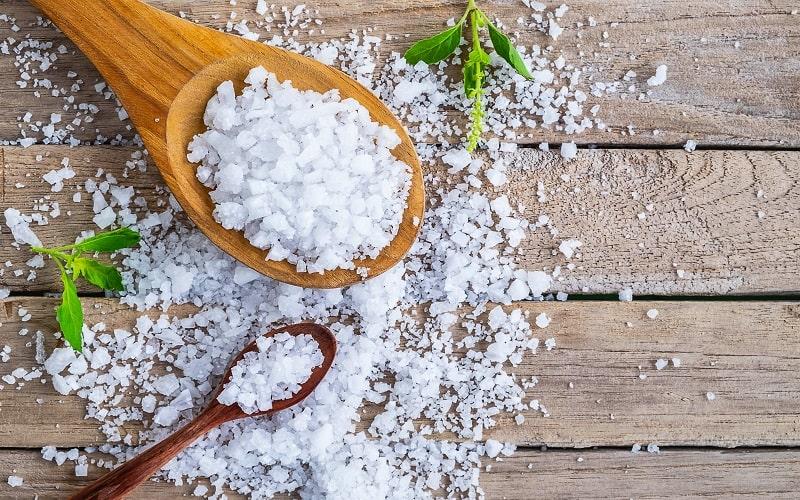 دو قاشق چوبی حاوی نمک