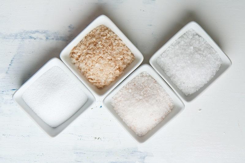 چهار ظرف حاوی چهار نوع نمک