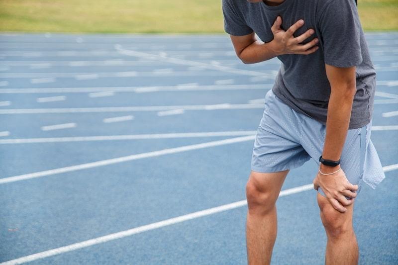 مردی که به علت فشار خون ریوی بعد از فعالیت دچار تنگی نفس شده است.