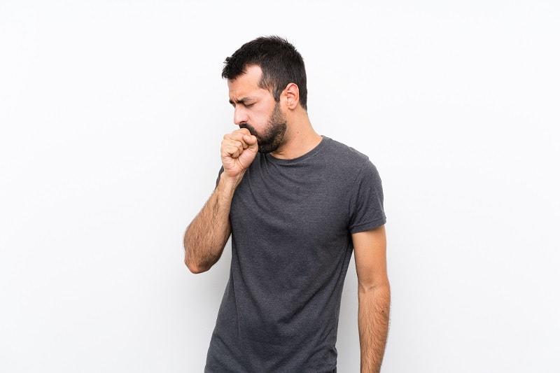 مردی درحال سرفه که یکی از علایم آلرژی خارجی کیسه های هوایی است