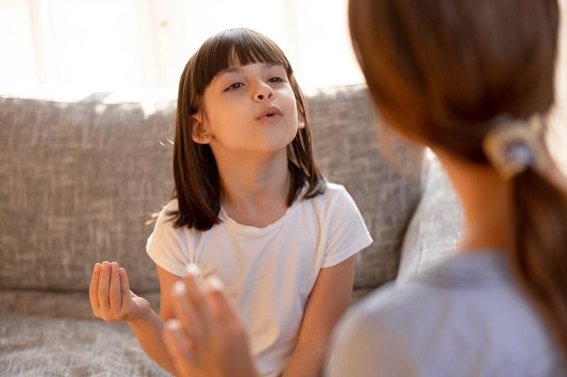 حساسیت کودک را نسبت به موقعیت های تحریک کننده لكنت از بین ببرید.