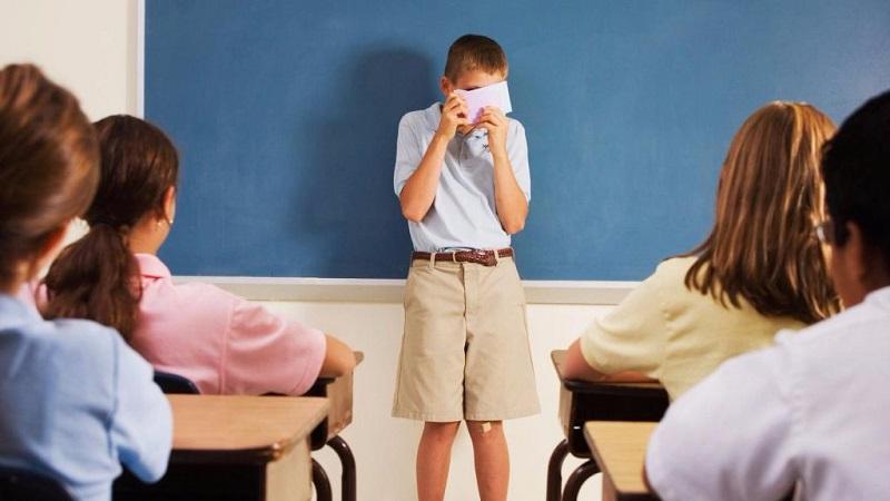 برای رفع ترس کودکان از صحبت کردن در جمع کسب آرامش را به کودک بیاموزید.