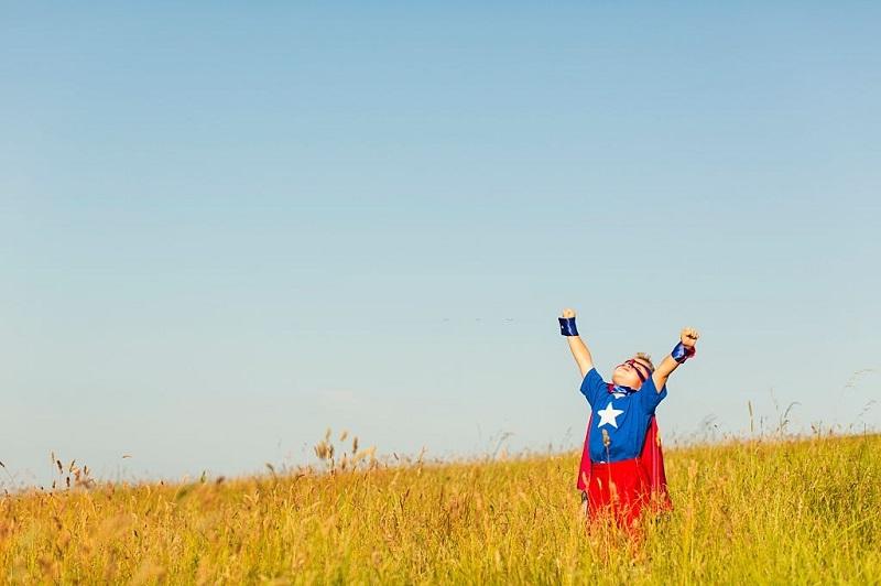 برای رفع لاف زدن کودک و پز دادن احساس عزت نفس ایجاد کنید.
