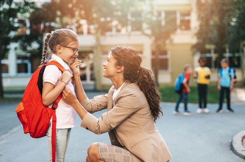 رفتار مثبت کودک را برای مدرسه رفتن مورد توجه قرار دهید و جایزه بدهید.