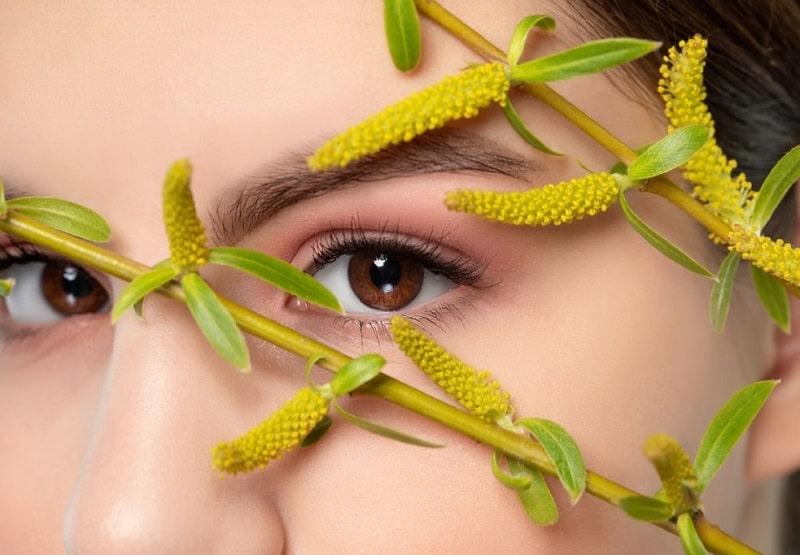 شستن صورت با جوشانده برگ درخت بید برای درمان جوش