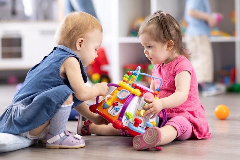 مهارت های به اشتراک گذاشتن اسباب بازی را آموزش دهید.