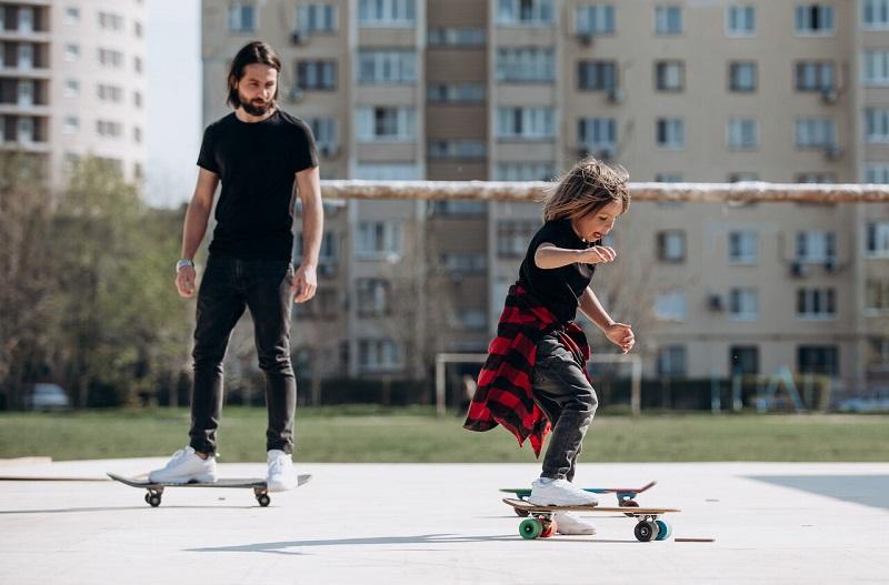 تربیت کودک بیرون از خانه: در مکان های عمومی شیطنت میکند.
