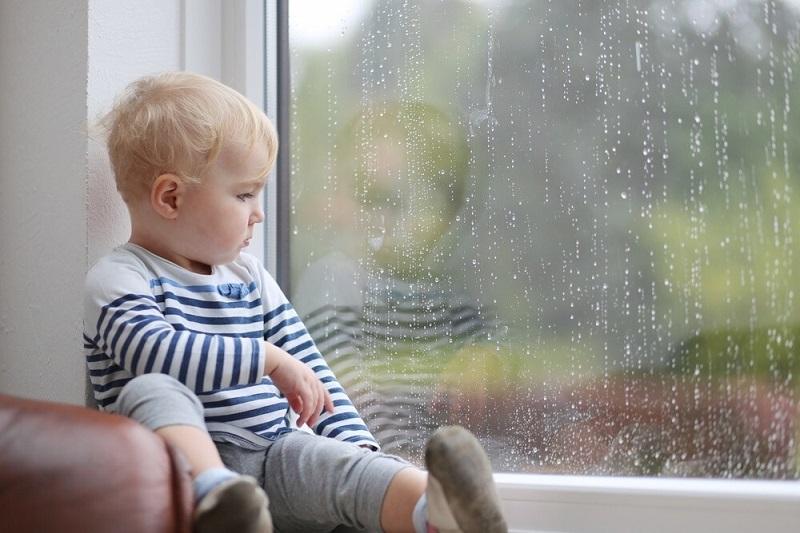 برای تربیت کودک بیرون از خانه به کودک بیاموزید که همیشه نزدیک شما بماند.